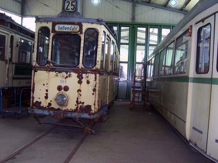 verrostete historische Straßenbahn