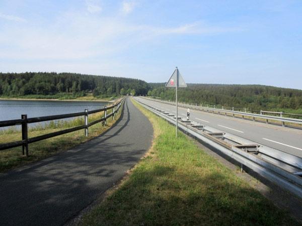 Straße über den Damm