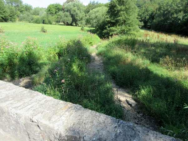 Alme, trockenes Flussbett im Sommer