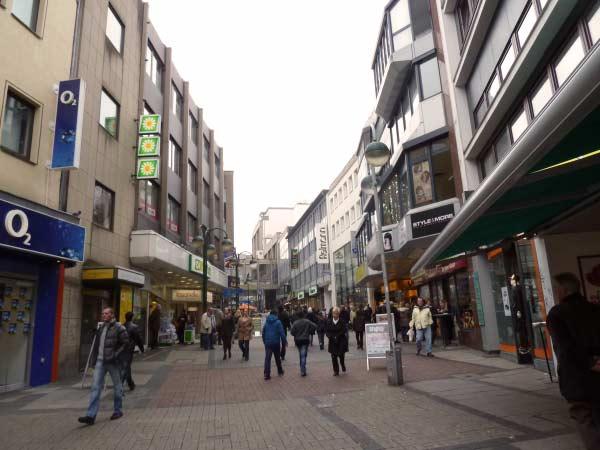 Bochum Fußgängerzone: Wir nähern uns dem Rathaus bergauf