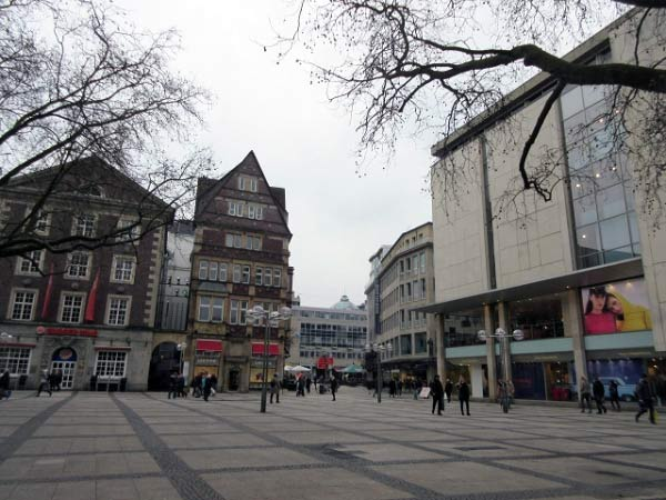 Der Platz vor der Kirche