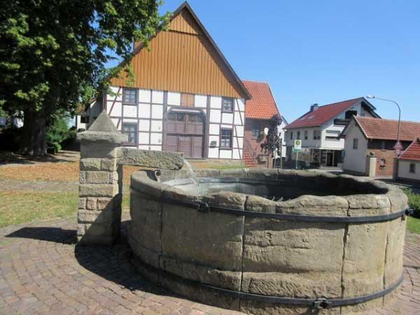 Historischer Brunnen und das Haus am Kump