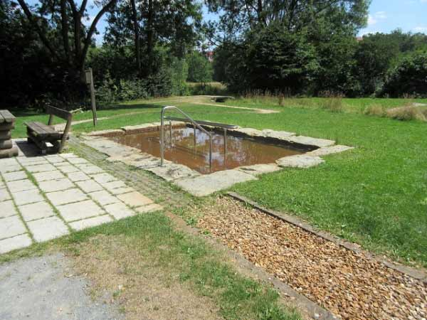 Wassertretbecken und Barfußpfad im Almeauen Park