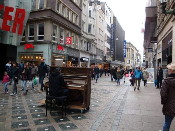 Ein Klavierspieler mitten auf dem Westenhellweg
