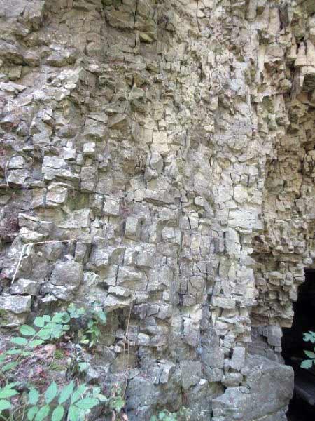 Drakenhöhlen - zerklüftetes Gestein über der Höhle