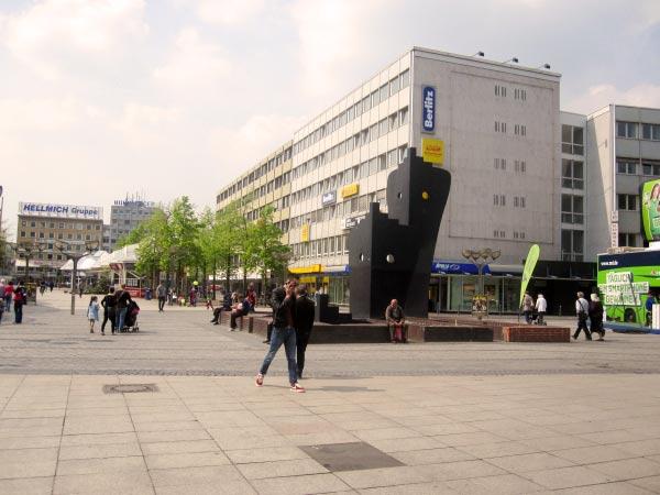 Ein weiterer der sechs Brunnen: Wir queren die Düsseldorfer Straße in Duisburg