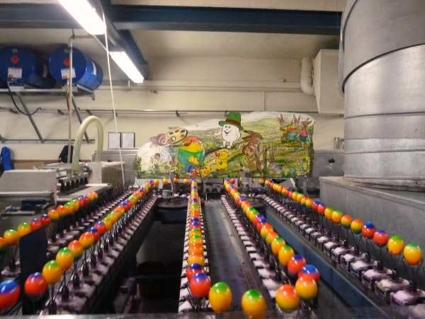 Baumeister - Bunte Eier am Fliessband