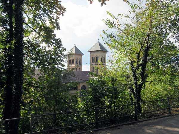 Ausblick auf die Kirche am Parkrand