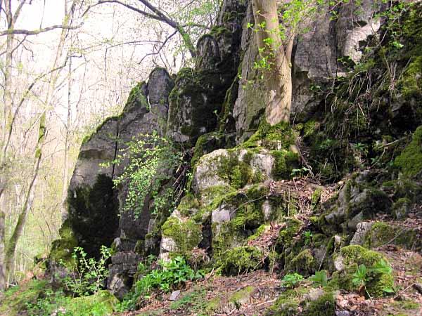 Felsmassiv neben Höhle