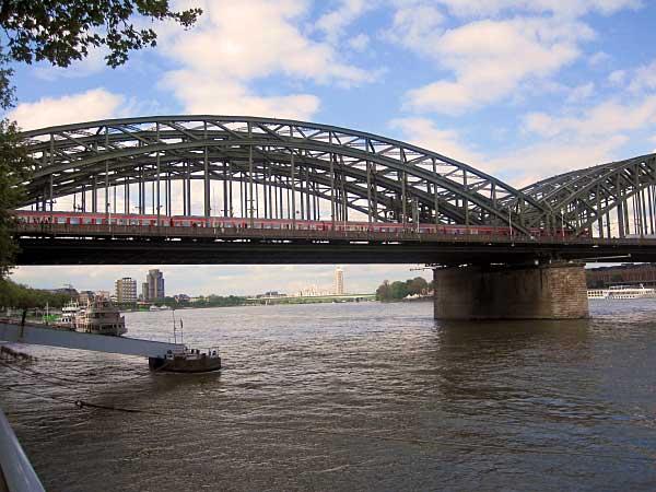 Köln Hohenzollernbrücke mit Zug