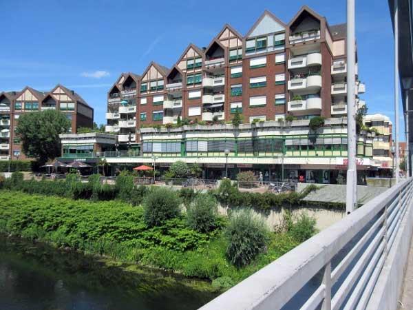 Moderne Wohnhäuser am Ufer