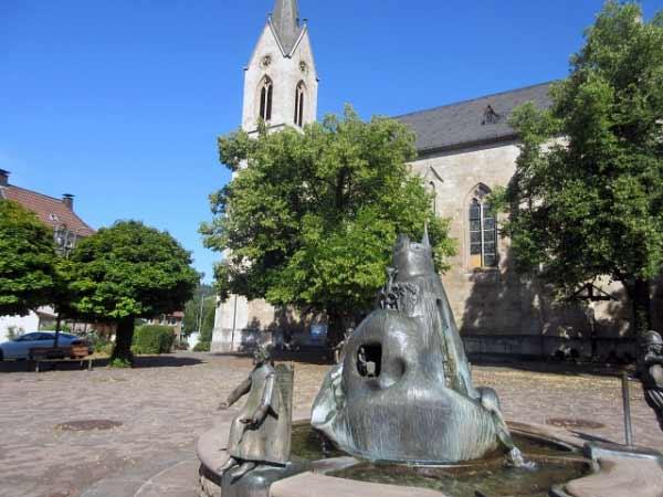 Brunnen und Kirche St. Magnus
