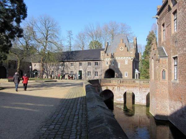 Schlosshof mit Wassergraben