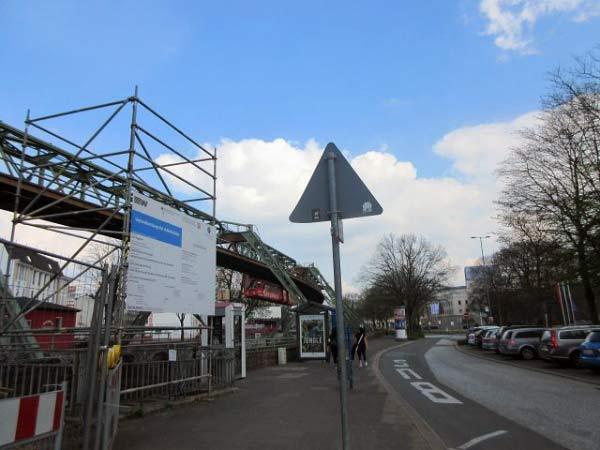 Schwebebahn-Brücke im Umbau