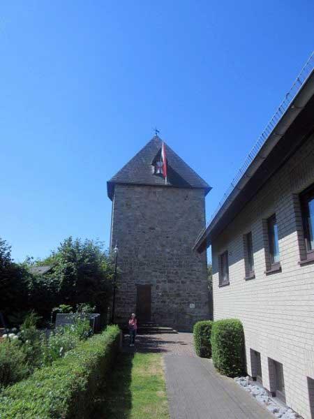 Der Wehrturm, von hinten rund, von vone eckig.
