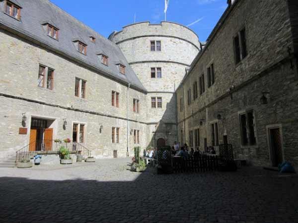 Wewelsburg Innenhof - Nordturm und Jugendherberge