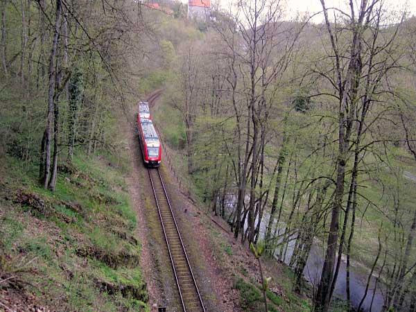 Zug vor Tunneleinfahrt zum Binolen-Tunnel
